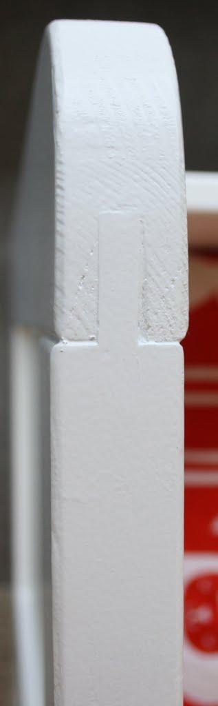 Eenpersoons bed met panelen. detail verbinding