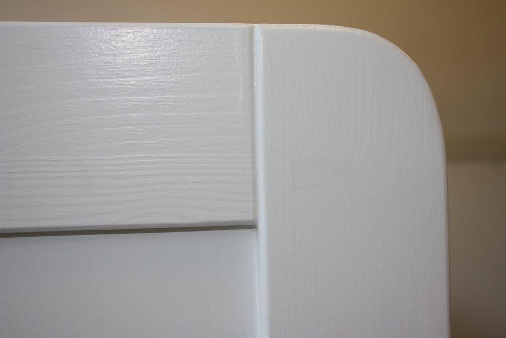 Eenpersoons bed met panelen. detail