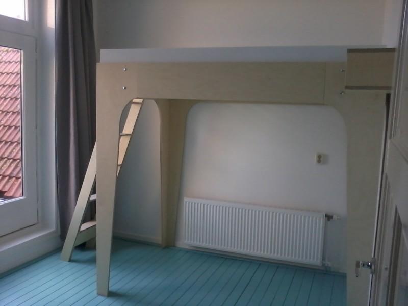 Hoogslaper met trap en nachtkastje