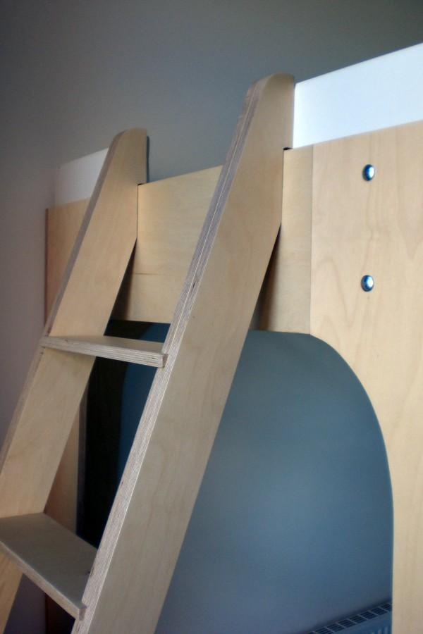 Hoogslaper met trap en nachtkastje detail trap