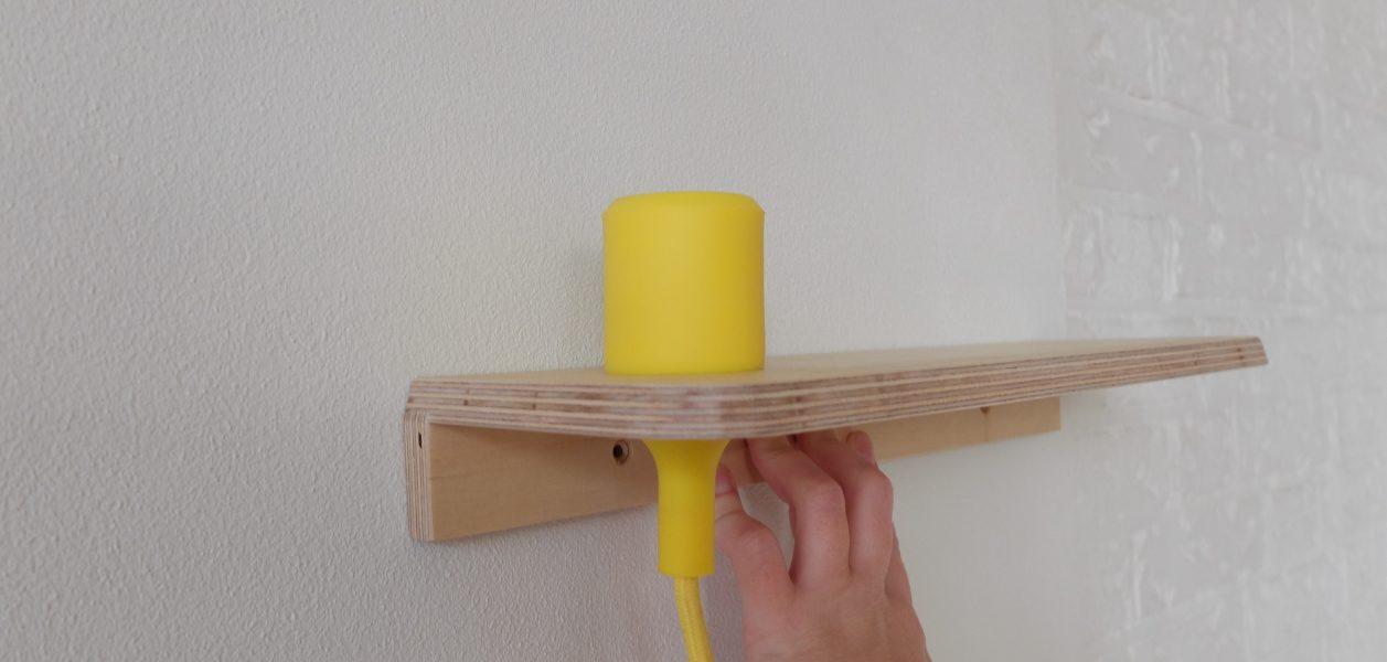 wandplankje met lampje